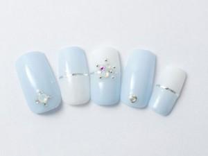 ¥11,100+税<br /> ブルー×ホワイトの上品な大人清楚系ネイル。<br /> さりげなく入った薬指のハートがポイントです♪