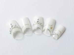 ¥13,100+税<br /> 王道のホワイトとシルバーのフレンチネイル。<br /> ストーンもクリスタルでまとめた人気デザインです。