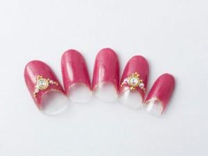 ¥12,100+税<br /> 白にもカラードレスにも映える赤をベースに、ティアラのように並べたストーンで上品をプラス♪