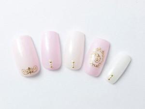 ¥11,500+税<br /> 淡いピンクもパールとゴールドで、シンプルながらも上品と華やかさをプラス。