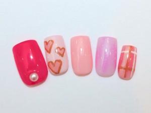 ¥11,200+税<br /> 少しずつ色味の違うピンクをベースに、ハート、チェック、パールで女子力UP♥